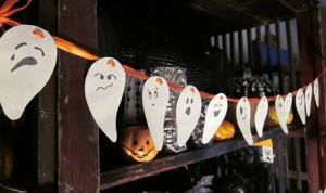 diy-halloween-decor-home-paper-ghosts-faces-garland